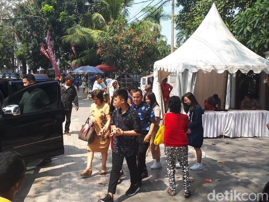 Pengemis Rebutan Angpau Imlek dari Jemaat Vihara Borobudur Medan