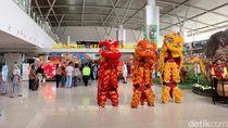 Saat Barongsai dan Naga Liong Kejutkan Penumpang Bandara Juanda