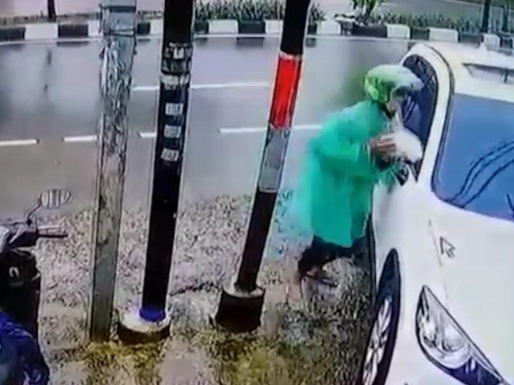 Terekam CCTV, Pencurian Spion Mobil dalam Hitungan Detik