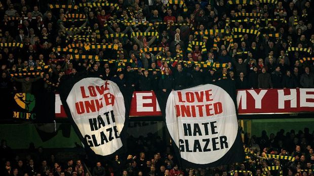 MANCHESTER, ENGLAND - MARCH 10:  Manchester United fans reveal anti Glazer banners during the UEFA Champions League First Knockout Round, second leg match between Manchester United and AC Milan at Old Trafford on March 10, 2010 in Manchester, England.  (Photo by Laurence Griffiths/Getty Images)
