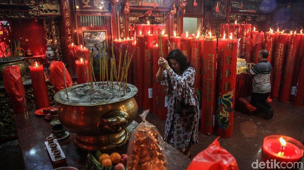 Sambut Imlek dengan Berdoa di Wihara Dharma Bhakti