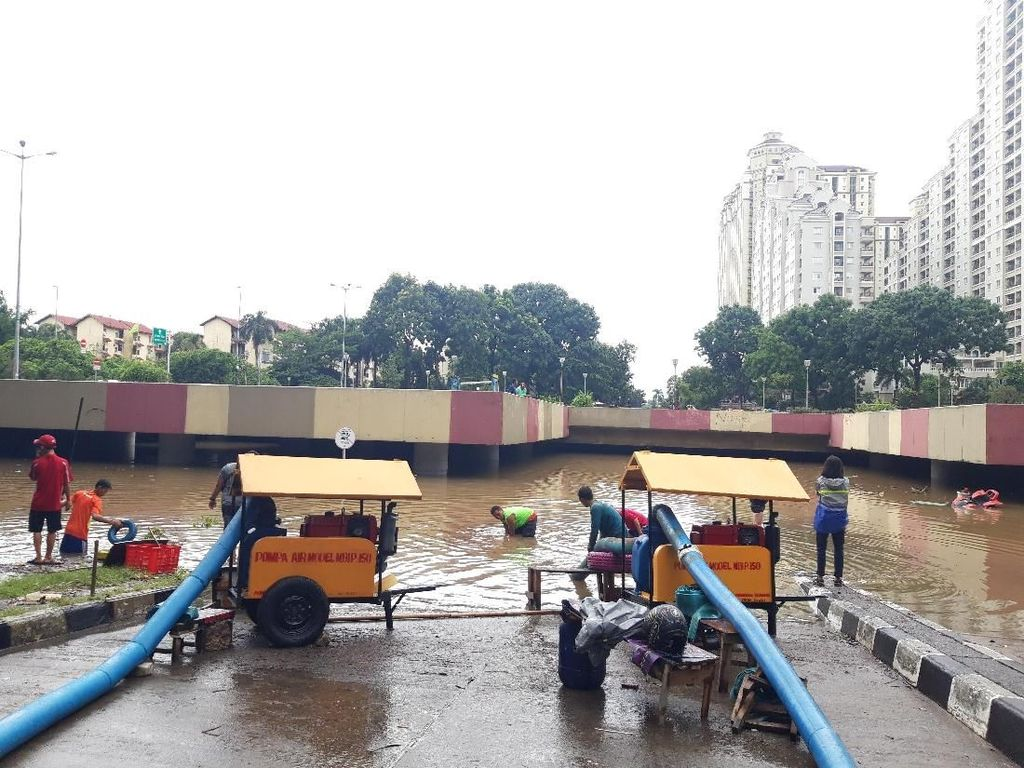 Banjir di Underpass Timur Kemayoran Masih 3,5 Meter, 4 Pompa Dikerahkan