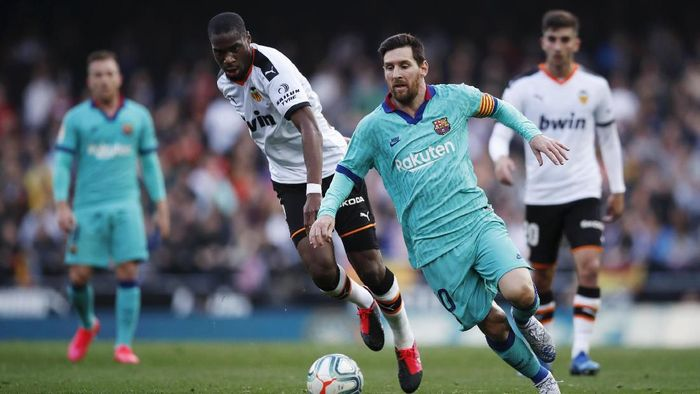 VALENCIA, SPAIN - JANUARY 25: Lionel Messi of FC Barcelona runs with the ball during the La Liga match between Valencia CF and FC Barcelona at Estadio Mestalla on January 25, 2020 in Valencia, Spain. (Photo by Eric Alonso/Getty Images)
