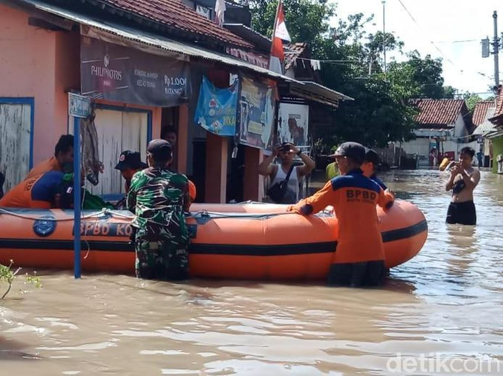 Warga Diungsikan Akibat Banjir di Tegal