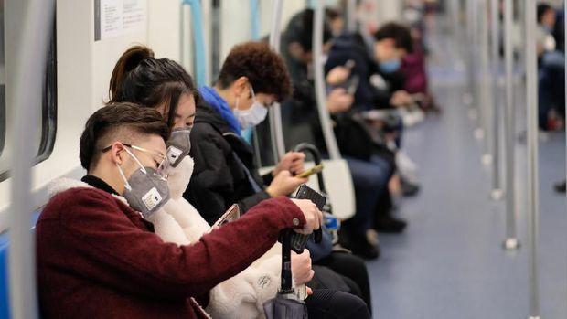 Orang pakai masker untuk cegah virus corona