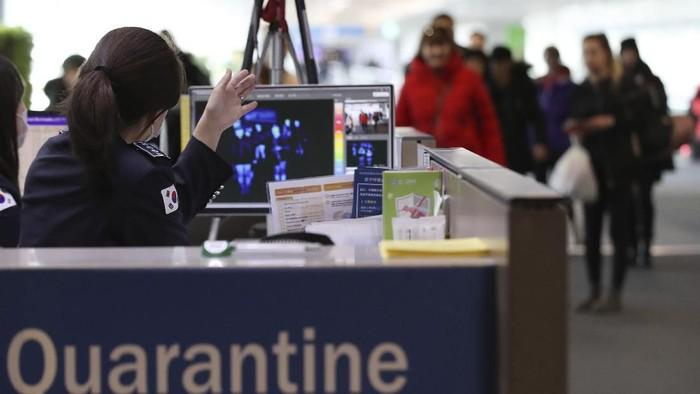 Thermal scanner disiagakan di bandara untuk mencegah masuknya virus corona (Foto: AP Photo)