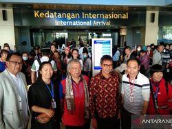 Gubernur Sumbar Sambut 174 Turis China di Bandara Minangkabau