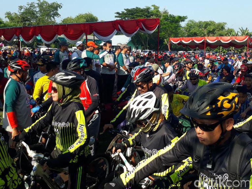Ribuan Pesepeda Gowes Sadar Lingkungan di Pasuruan