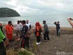 Gerindra Sumbar Bersih-bersih Sampah Pantai Padang, Lalu Sindir Wali Kota