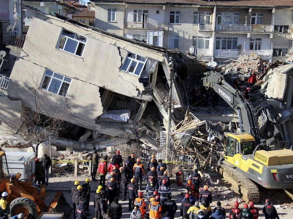 Korban Gempa M 7 di Turki Bertambah Lagi: 22 Orang Meninggal, 800 Terluka