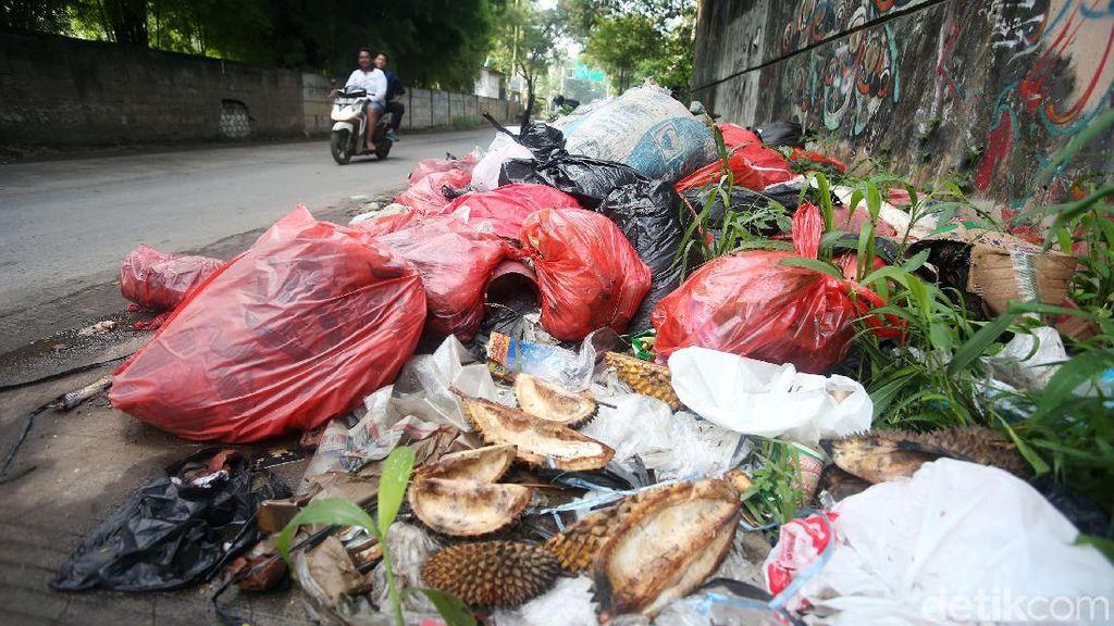 Jorok, Sampah Menumpuk di Pinggir Jalan Cikunir Bekasi