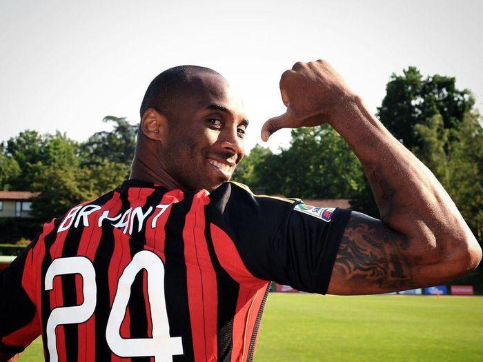 Kobe Bryant fans AC Milan