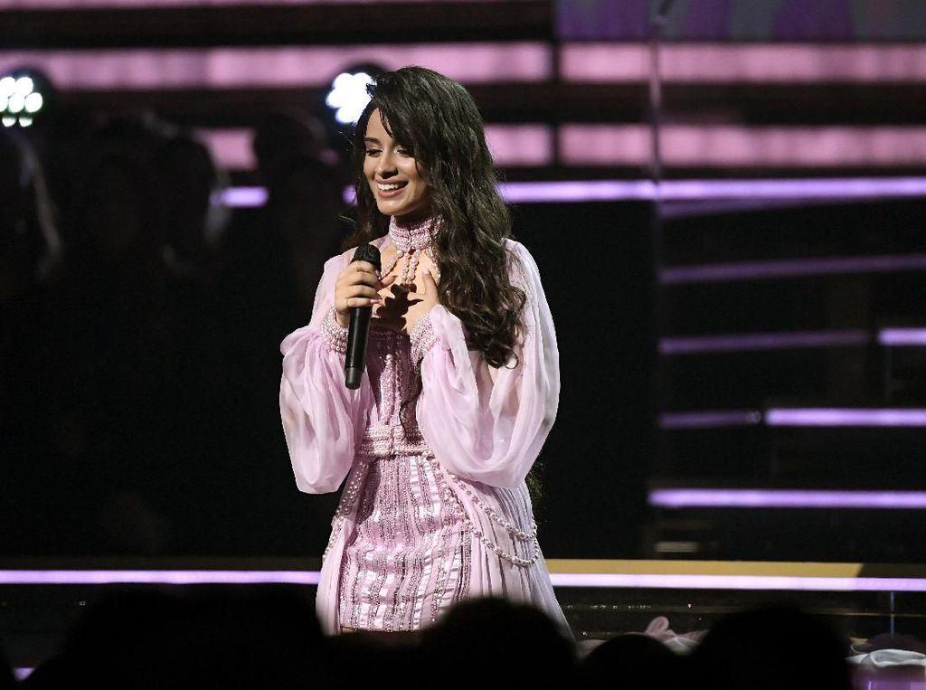 Camila Cabello Persembahkan First Man untuk Sang Ayah