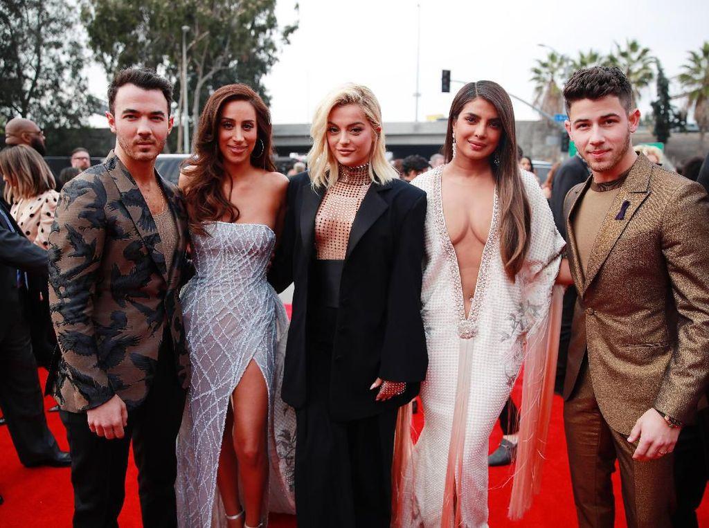 Jonas Brothers & Sisters Pamer Kemesraan di Grammy Awards 2020