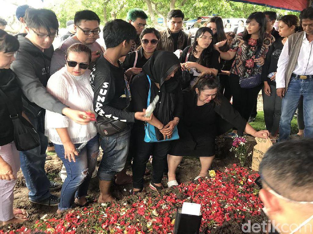 Dokter Eva Terus Salahkan Dirinya di Makam Johny Indo