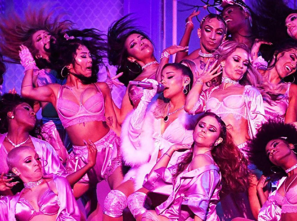 Ariana Grande Buang-buang Uang di Atas Panggung