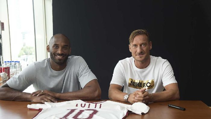 Kobe Bryant bersama dengan Francesco Totti