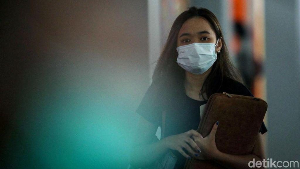 Antisipasi Virus Corona, Warga Pakai Masker di Bandara Soetta