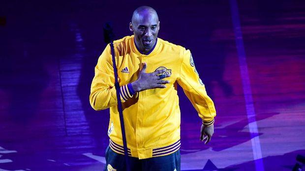 Kobe Bryant tetap datang lebih awal saat latihan meskipun mengalami patah tangan.