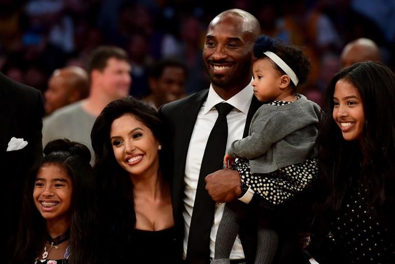 Kenangan manis Kobe Bryant dan keluarga ini terjadi saat sang pebasket pensiun sebagai pemain Los Angeles Lakers dengan dua jerseynya yaitu nomer 8 dan 24. Kobe berpose bersama istrinya, Vanessa Bryant, dan ketiga anaknya, Natalia, Gianna dan Bianka. Foto: Dok. Instagram, Dok. Getty Images