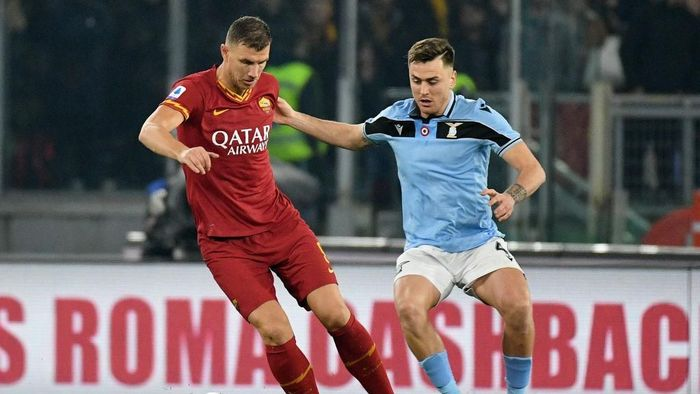 ROME, ITALY - JANUARY 26: Patricio Gil Gabarron of SS Lazio compete for the ball with Edin Dzeko of AS Roma during the Serie A match between AS Roma and  SS Lazio at Stadio Olimpico on January 26, 2020 in Rome, Italy. (Photo by Marco Rosi/Getty Images)