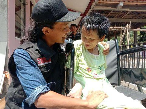 Sukiyah saat bersama relawan yang menolongnya memotong rambut, Ardian.