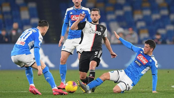 NAPLES, ITALY - JANUARY 26: Miralem Pjanic of Juventus vies with Diego Demme of SSC Napoli during the Serie A match between SSC Napoli and  Juventus at Stadio San Paolo on January 26, 2020 in Naples, Italy. (Photo by Francesco Pecoraro/Getty Images)