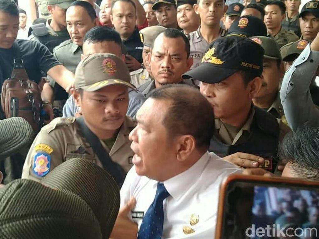 Tolak Tinggalkan Kantor PD Pasar Medan, Rusdi Sinuraya Ditarik Satpol PP