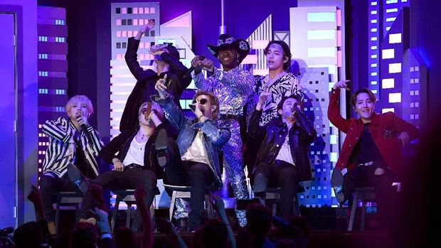 LOS ANGELES, CALIFORNIA - JANUARY 26: (L-R) Lil Nas X and BTS perform onstage during the 62nd Annual GRAMMY Awards at Staples Center on January 26, 2020 in Los Angeles, California.   Kevork Djansezian/Getty Images/AFP