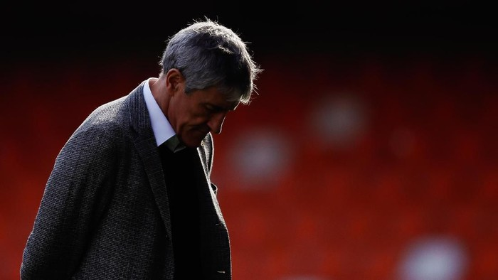 VALENCIA, SPAIN - JANUARY 25: Quique Setien, Manager of Barcelona looks on prior to the La Liga match between Valencia CF and FC Barcelona at Estadio Mestalla on January 25, 2020 in Valencia, Spain. (Photo by Eric Alonso/Getty Images)