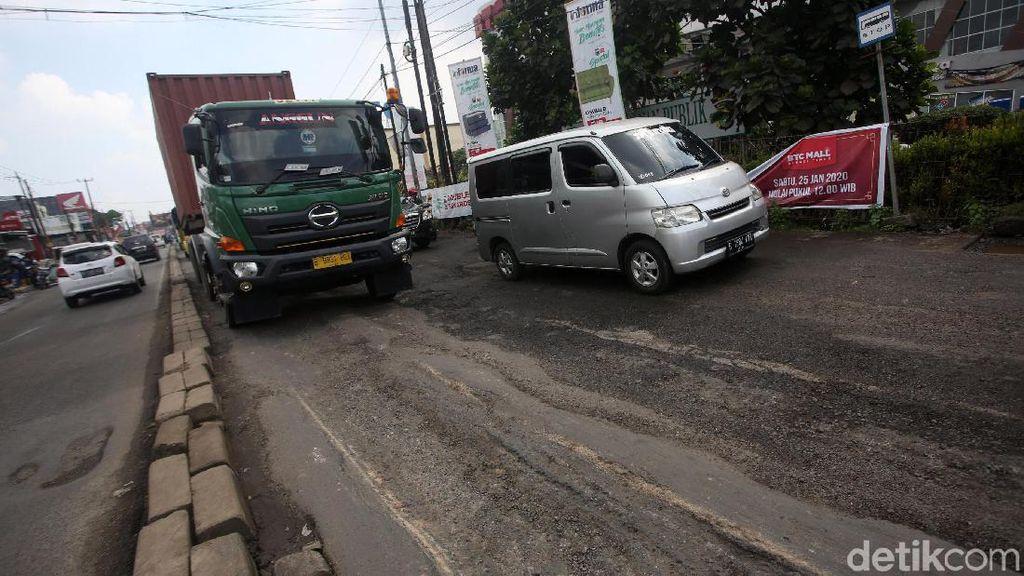 Hati-hati! Jalan di Kawasan Bekasi Rusak dan Berlubang