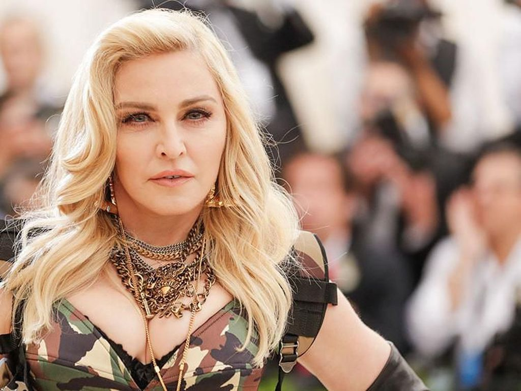 Madonna Foto Bareng Anak, Bulu Ketiak Bikin Netizen Salah Fokus