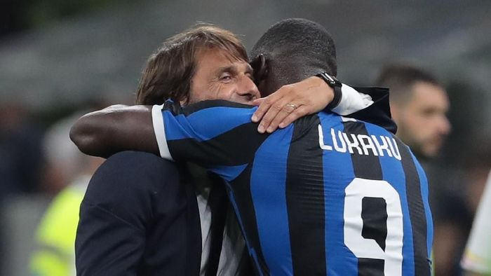 MILAN, ITALY - AUGUST 26:  FC Internazionale coach Antonio Conte embraces his player Romelu Lukaku at the end of the Serie A match between FC Internazionale and US Lecce at Stadio Giuseppe Meazza on August 26, 2019 in Milan, Italy.  (Photo by Emilio Andreoli/Getty Images)