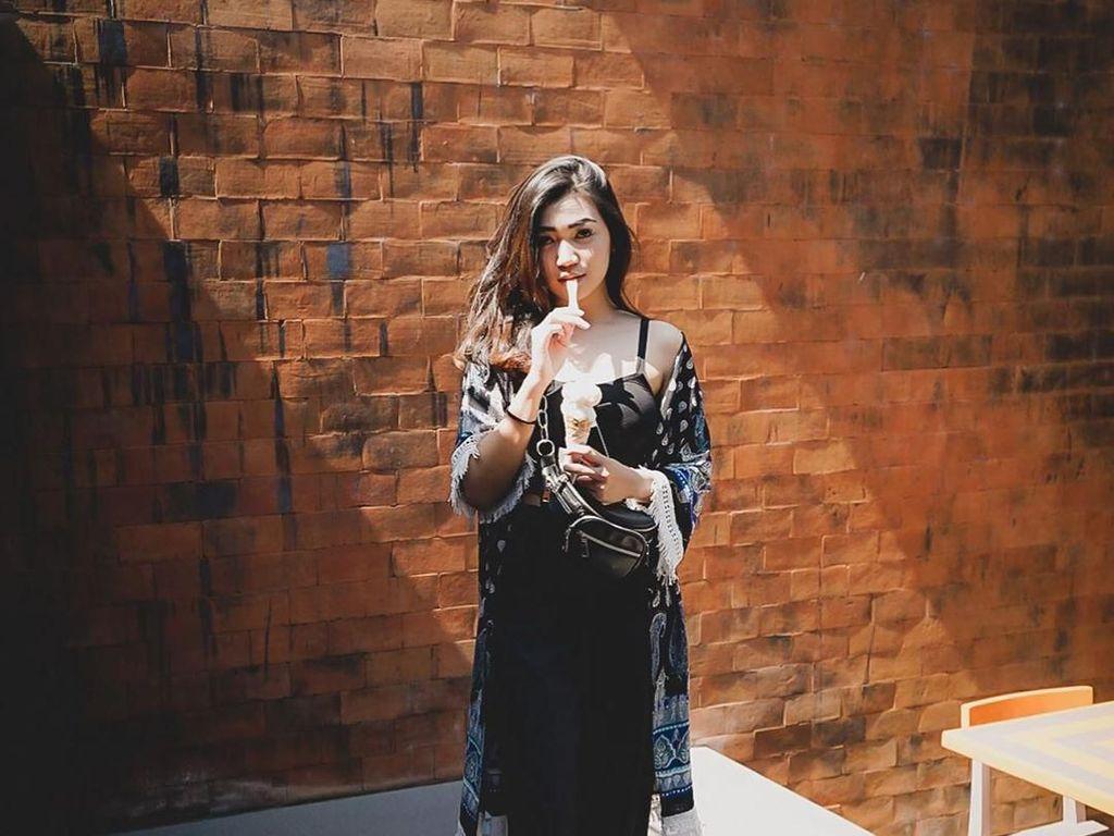 Pose Cantik Cyandyana Lorens, Eks Pramugari Garuda Saat Nikmati Minuman