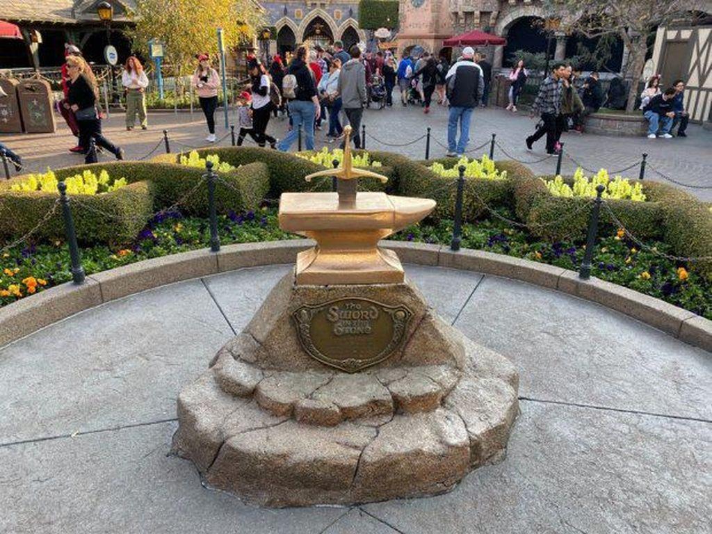 Di Disneyland, Ada yang Iseng Cabut Pedang ala Raja Arthur