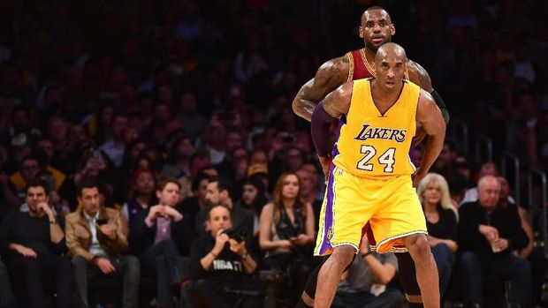 LOS ANGELES, CA - MARCH 10: Kobe Bryant #24 of the Los Angeles Lakers and LeBron James #23 of the Cleveland Cavaliers match up during the first half at Staples Center on March 10, 2016 in Los Angeles, California. NOTE TO USER: User expressly acknowledges and agrees that, by downloading and or using this Photograph, user is consenting to the terms and condition of the Getty Images License Agreement.   Harry How/Getty Images/AFP