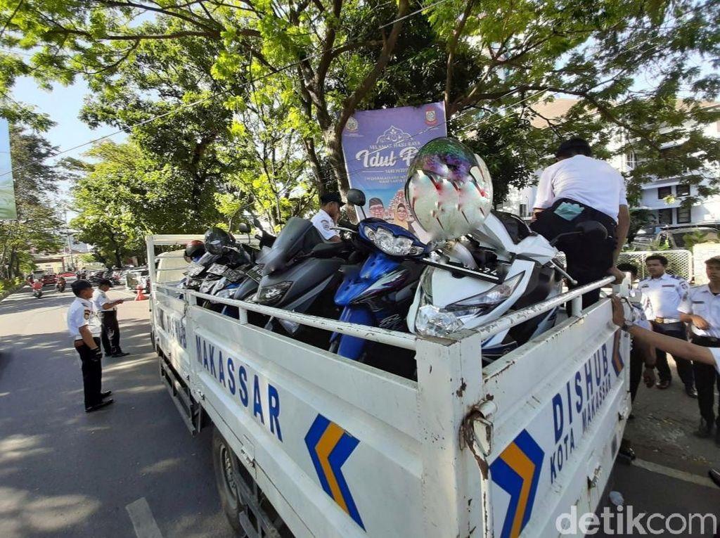 Ratusan Motor Parkir Sembarangan di Balai Kota Makassar Diangkut