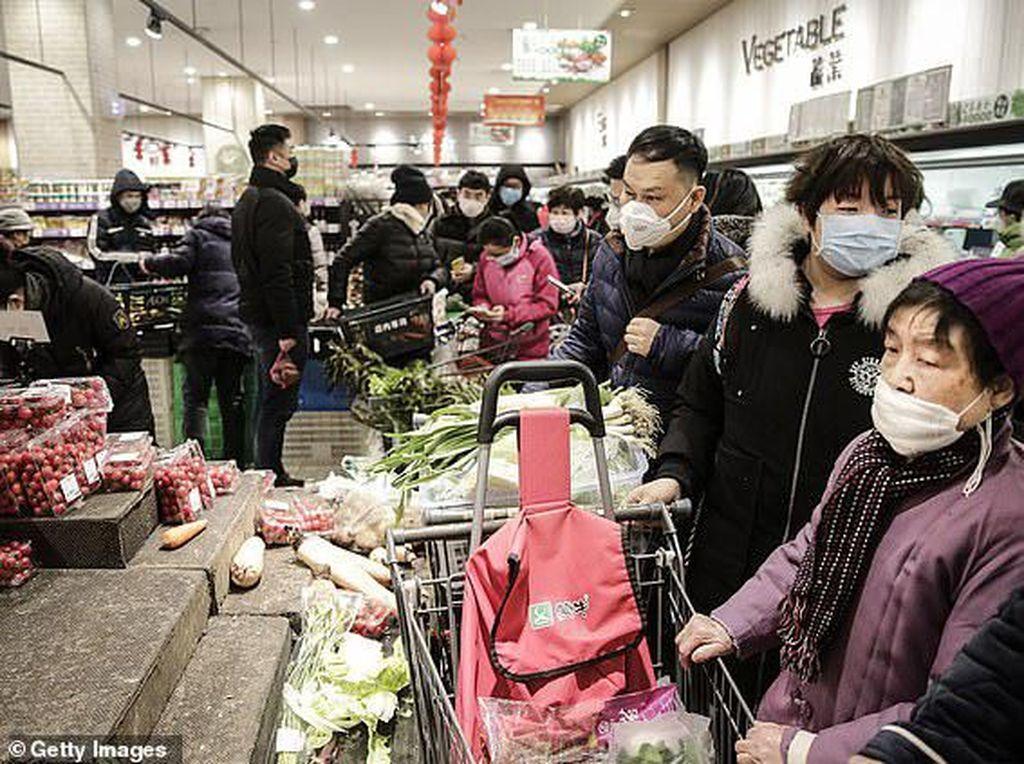 Stok Menipis, Warga Wuhan Ricuh Rebutan Makanan di Supermarket
