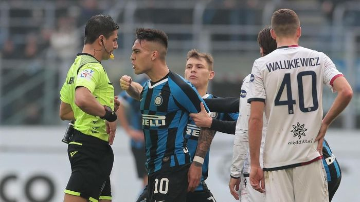 MILAN, ITALY - JANUARY 26:  Lautaro Martinez of FC Internazionale reacts after receives a red card from referee Gianluca Manganiello during the Serie A match between FC Internazionale and Cagliari Calcio at Stadio Giuseppe Meazza on January 26, 2020 in Milan, Italy.  (Photo by Emilio Andreoli/Getty Images)
