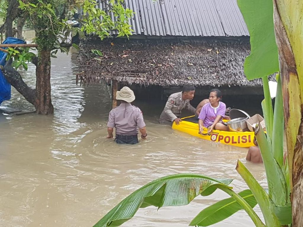 Polisi Evakuasi Korban Banjir di Deli Serdang Sumut