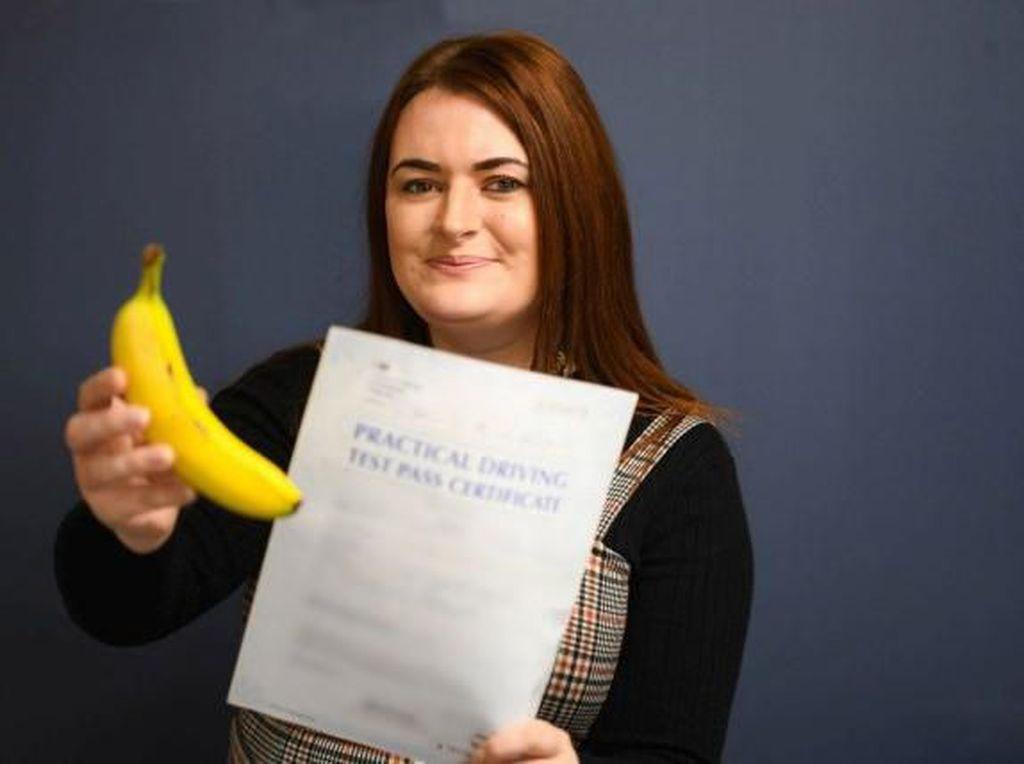 Wanita Ini Lulus Ujian Mengemudi Setelah Makan 3 Buah Pisang