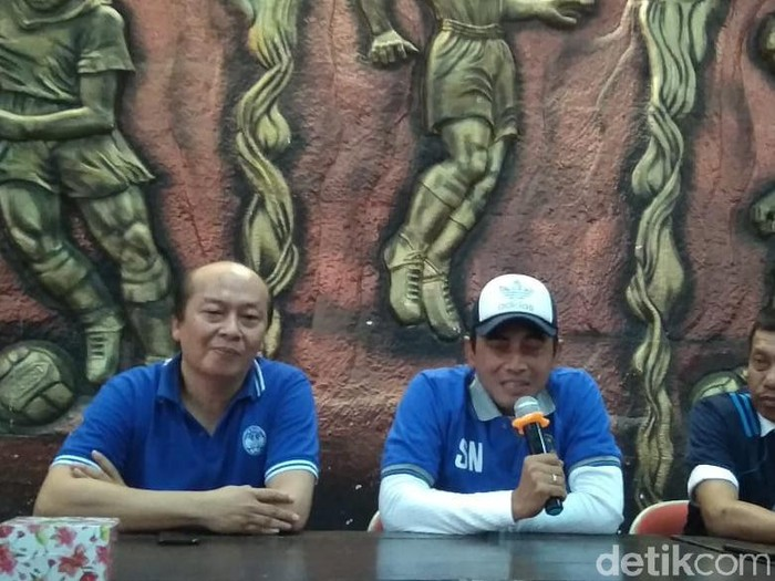 Seto Nurdiyantoro bersama dengan CEO PSIM Jogja, Bambang Susanto, dan Ketua Dewan Pembina PSIM, Haryadi Suyuti.