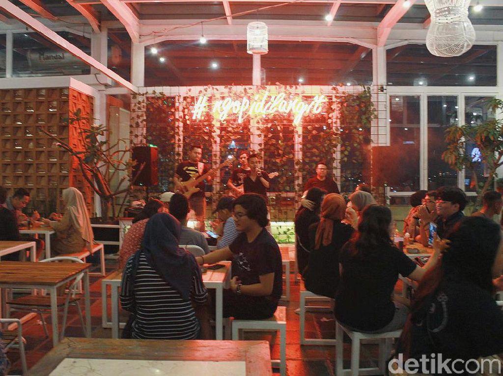 Sensasi Bersantap Romantis di Kafe Beratapkan Langit