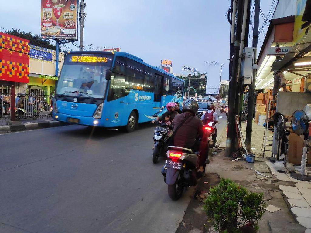 Bikin Macet dan Bahaya, Ramai Pemotor Lawan Arus di Kramat Jati Jaktim