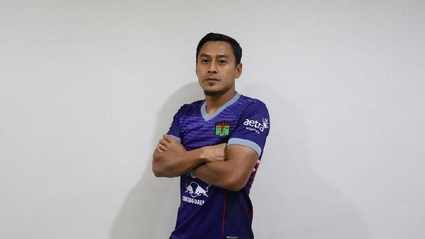 Samsul Arif tampil dengan seragam Persita.