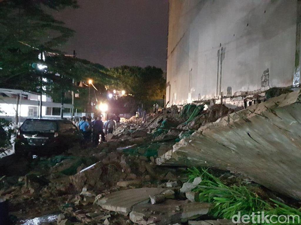Tembok Pembatas Proyek Apartemen di Batam Roboh, Belasan Rumah Warga Rusak