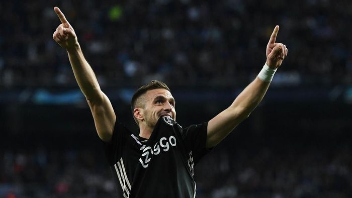 MADRID, SPAIN - MARCH 05: Dusan Tadic of Ajax celebrates after scoring his teams third goal during the UEFA Champions League Round of 16 Second Leg match between Real Madrid and Ajax at Bernabeu on March 05, 2019 in Madrid, Spain. (Photo by David Ramos/Getty Images)