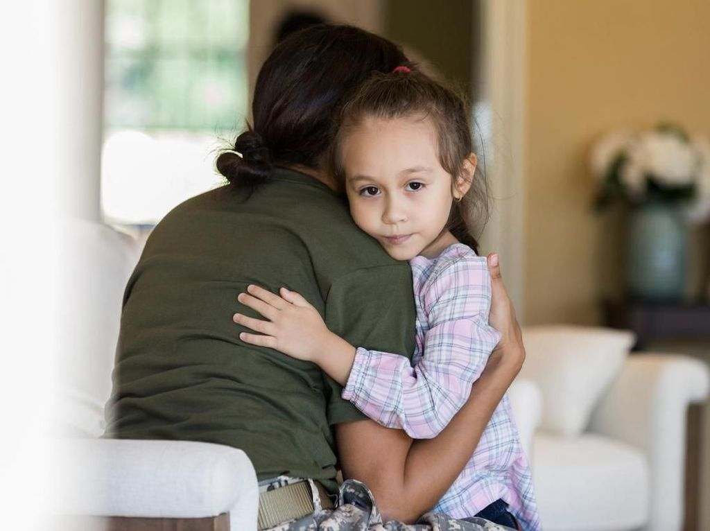 Viral, Ibu Ini Bagikan Cara Agar Bisa Berpelukan Tanpa Takut Kena Corona