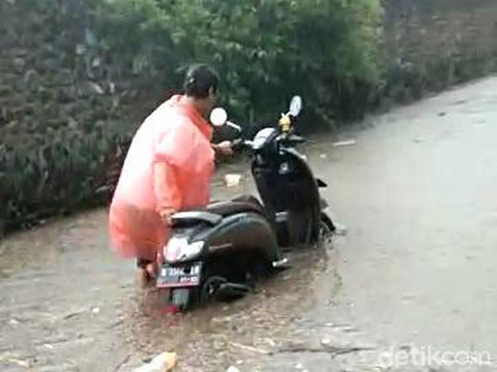 Kawasan Wisata Songgoriti Batu Diterjang Banjir Lumpur