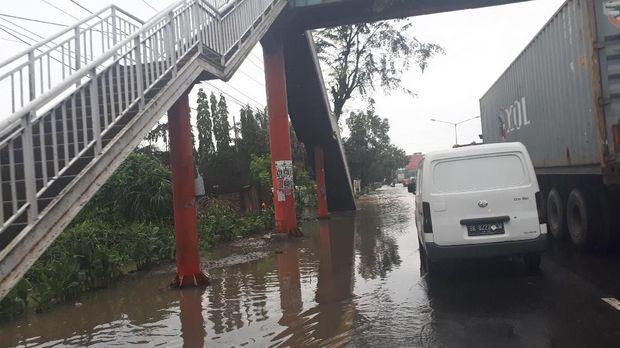 Lalu lintas tersendat di lokasi yang terendam air.